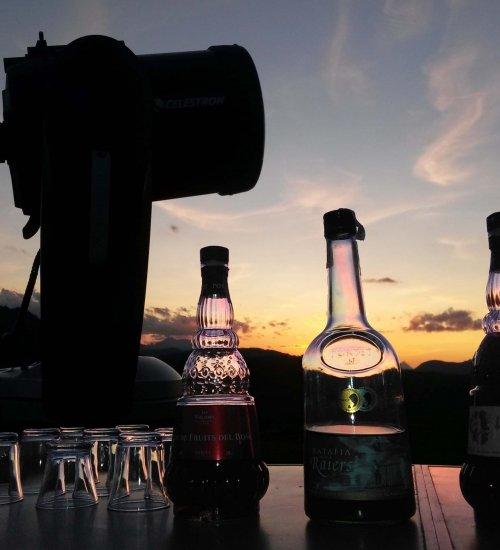 Observació astronòmica amb telescopi i tast de licors pirinencs